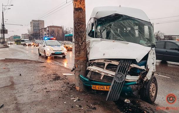 В Днепре маршрутка с пассажирами врезалась в столб