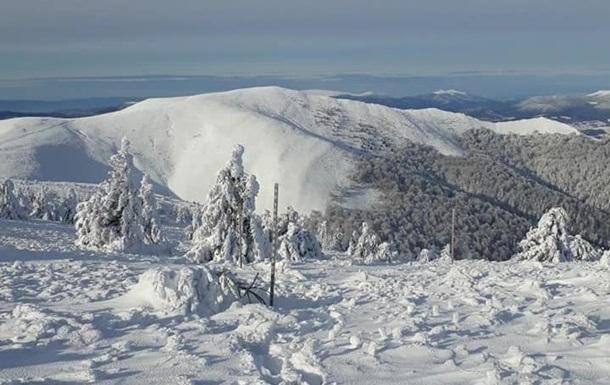 Непогода в Карпатах: больше метра снега, обесточены села