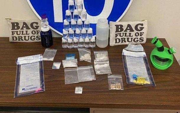 Дилери перевозили наркотики в сумці з  промовистим  написом