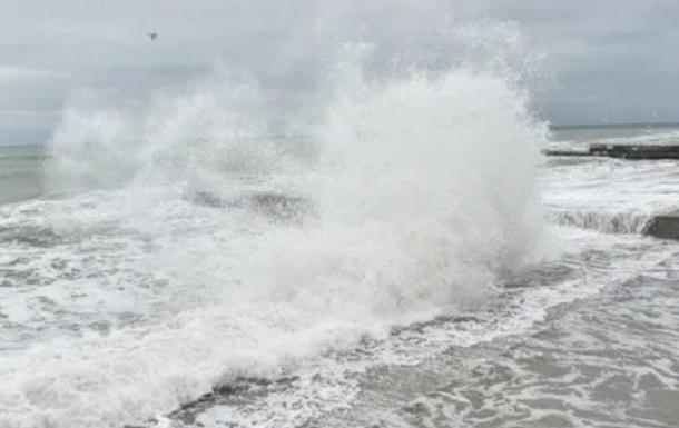 В Ялте двух человек смыло волной в море