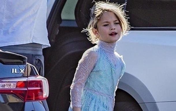 Сын голливудских актеров гулял в платье принцессы