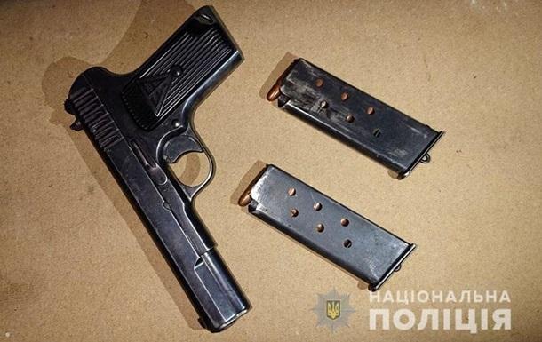На Донбассе мужчина ранил трех полицейских