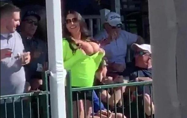 Болельщица оголила грудь на турнире по гольфу
