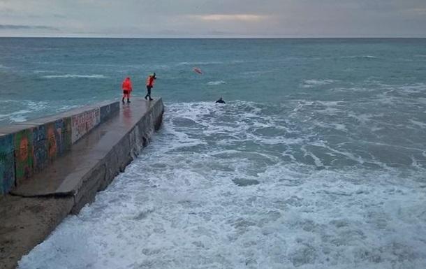 В Крыму волна смыла в море мужчину