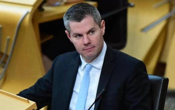 Министр ушел в отставку из-за переписки с 16-летним юношей