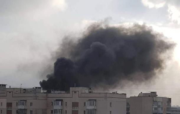В Киеве горит СТО