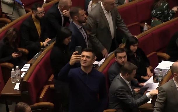 Нардеп снимал видео и забыл проголосовать