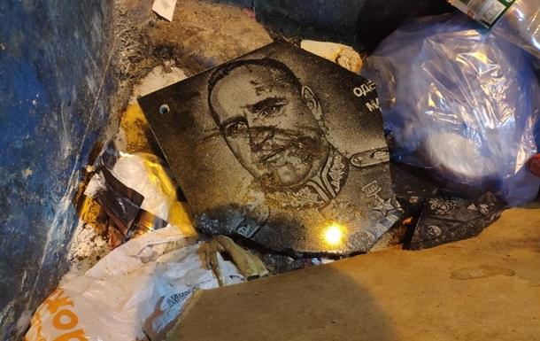 В Одессе новую табличку маршалу Жукову выбросили в мусорник