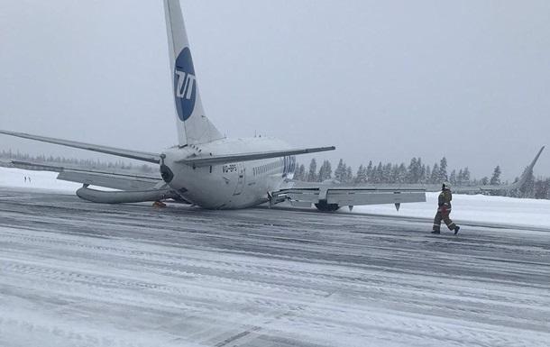 Пассажирский самолет совершил жесткую посадку в России