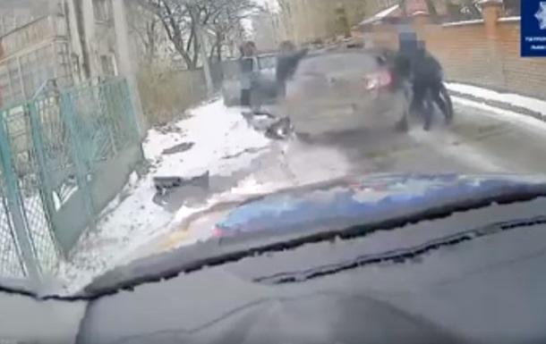 На Львовщине водитель зажал руку полицейскому и протянул 100 метров
