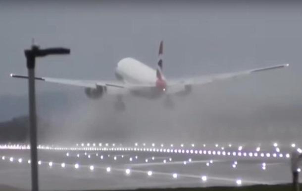 Из-за урагана самолет в последний миг отменил посадку в Лондоне