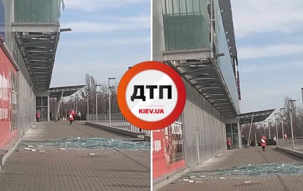 В Киеве рухнула часть фасада торгового центра