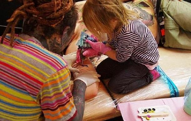 Девочка в 9 лет стала самым молодым тату-мастером: фото
