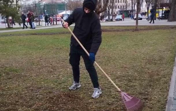 В Киеве молодого вандала заставили убирать улицы
