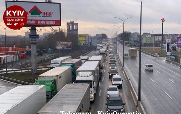 На въездах в Киев огромные пробки из-за протестов
