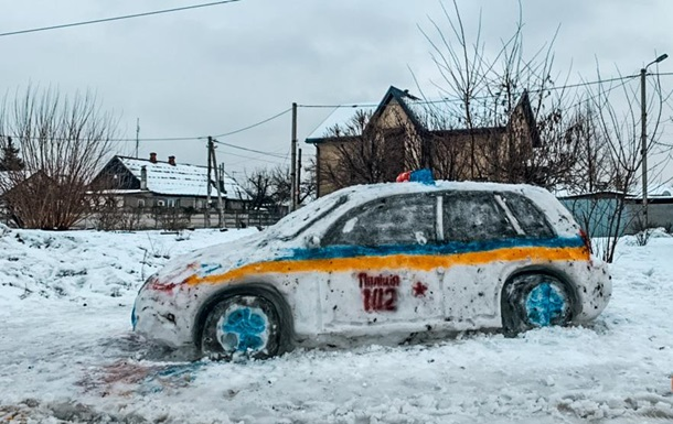 В Днепре из снега слепили патрульное авто и вызвали копов