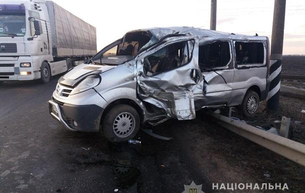 На Николаевщине перевернулся и влетел в отбойник микроавтобус: семь раненых
