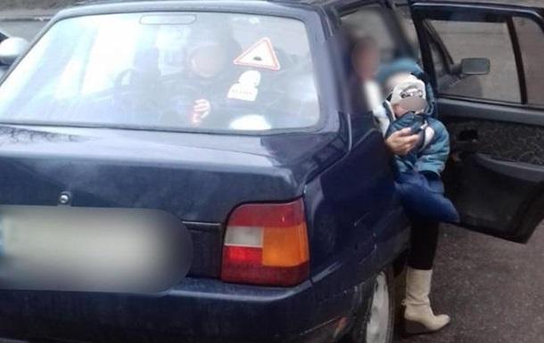 В Обухове родители закрыли маленьких детей в машине