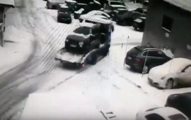В Харькове эвакуатор разбил автомобили на автостоянке