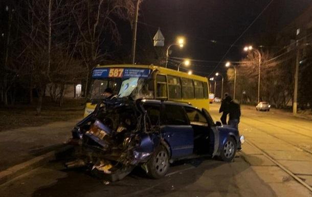 У Києві п яний водій врізався в маршрутку: шість постраждалих