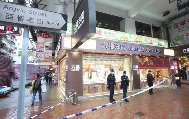 Співробітники ювелірного магазину забрали у грабіжника вкрадені коштовності