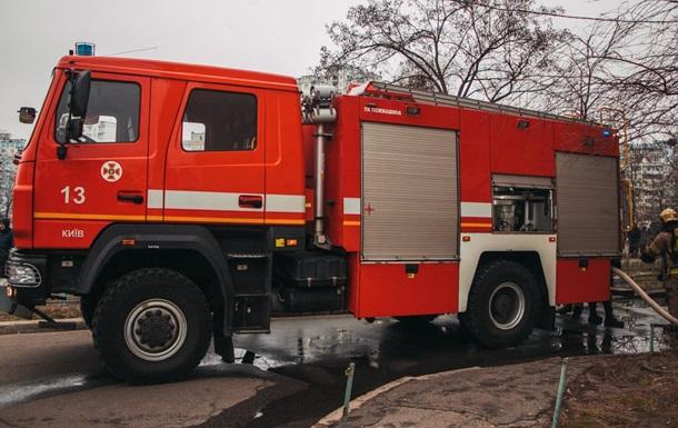 У Києві горіла адмінбудівля, людей евакуювали через вікна
