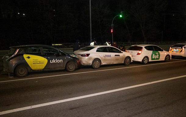 В Киеве пьяный водитель устроил столкновение авто трех служб такси