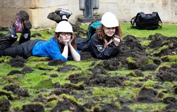 Екоактивісти на знак протесту скопали газон у Кембриджі: фото