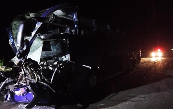 У Миколаївській області автобус врізався у вантажівку: 17 постраждалих