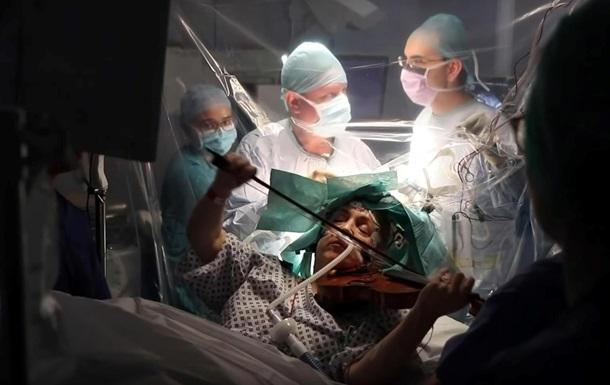 Британка грала на скрипці під час операції на мозку