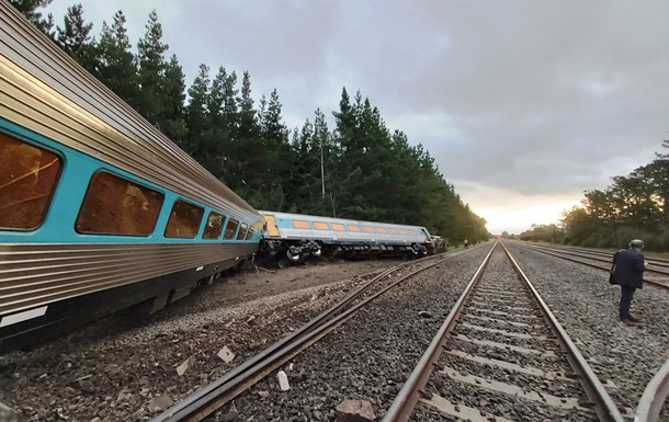 В Австралии сошел с рельсов пассажирский поезд