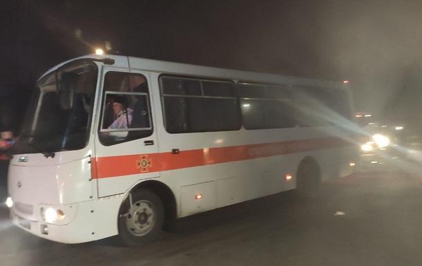 Автобуси з евакуйованими прибули в Нові Санжари