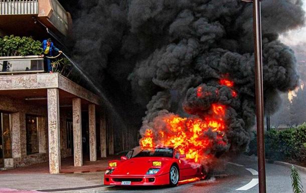 Мужчина тушил горящую Ferrari  с балкона: фото, видео