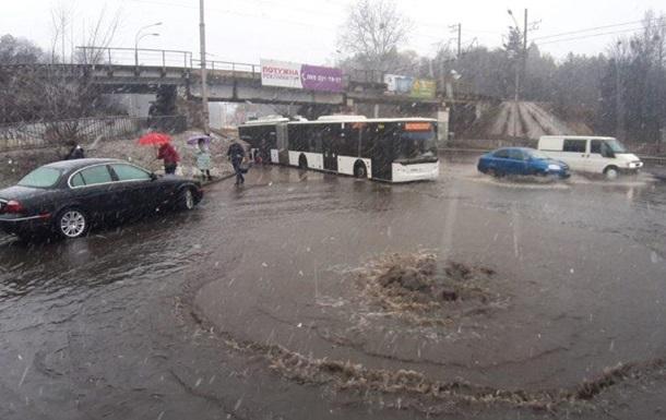 У Києві затопило дорогу біля метро Сирець