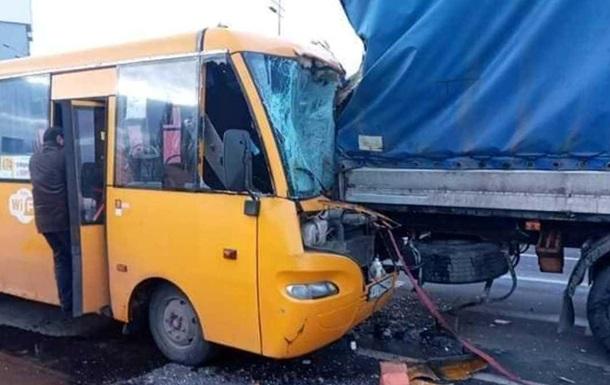 У Києві маршрутка з пасажирами на швидкості врізалася у вантажівку