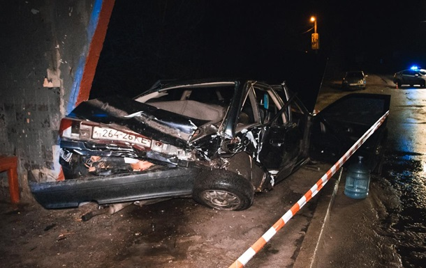 В Киеве столкнулись два авто, одно отбросило в остановку