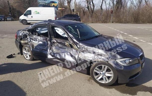 В Днепре BMW на скорости протаранил колонну военных