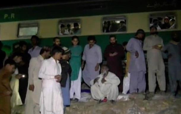 В Пакистане поезд протаранил автобус: 30 жертв