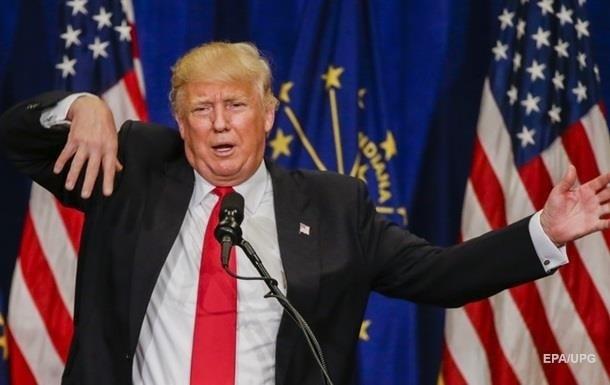 Трамп обнял и поцеловал американский флаг
