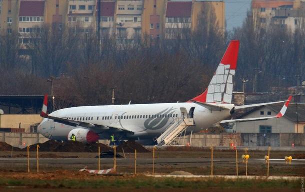 Турецкий самолет после аварийной посадки в Одессе режут на металл