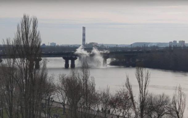 В Киеве на мосту Патона прорвало теплотрассу