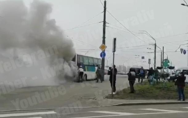 В Киеве горит автобус
