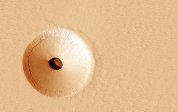 Вчені NASA виявили дивну діру на Марсі