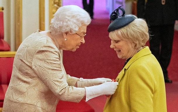 Елизавета II вручила награды в перчатках: фото, видео