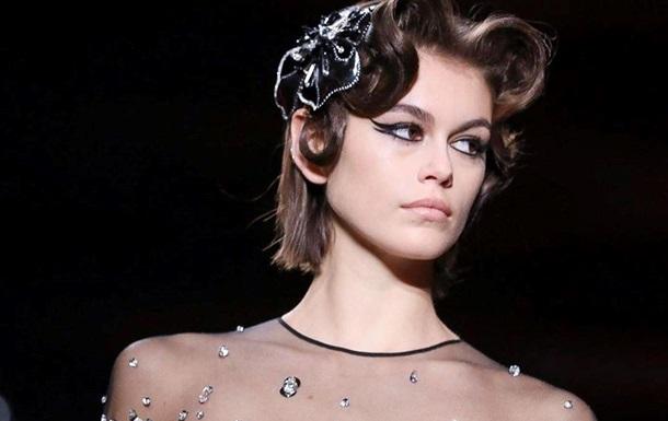 Известная 18-летняя модель дефилировала без белья