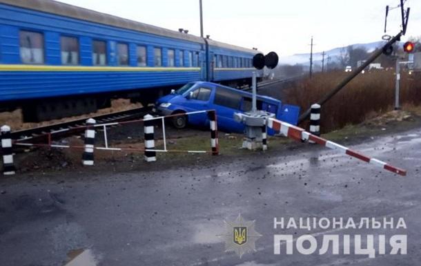 На Закарпатье пассажирский поезд врезался в микроавтобус, есть пострадавшие