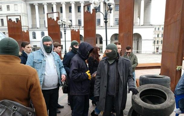 Люди в масках принесли покрышки на Майдан