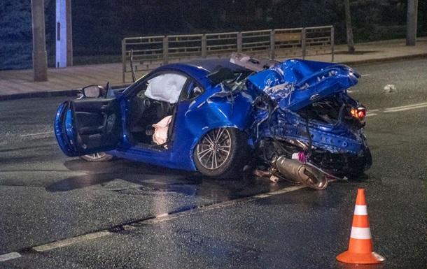 У Києві Subaru влетів у стовп, є жертви