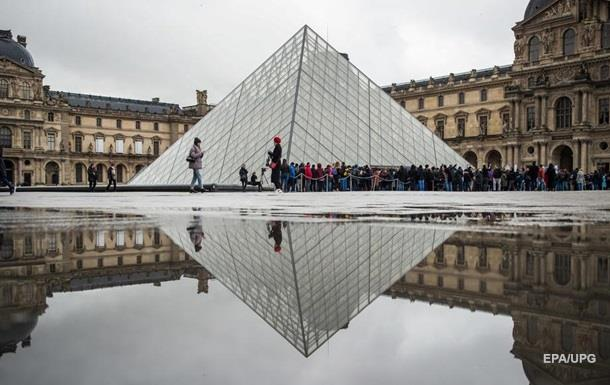 Франция запретила массовые мероприятия из-за коронавируса