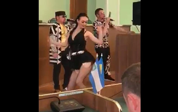 В Херсоне депутатам спели песню Смаженый кабанчик